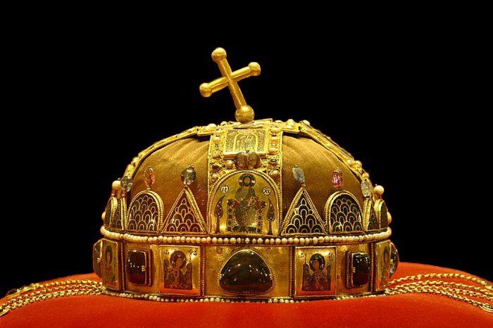 Mũ vàng vua Nguyễn lọt top vương miện quyền lực nhất thế giới.10