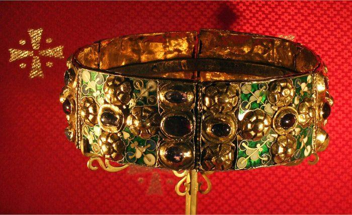 Mũ vàng vua Nguyễn lọt top vương miện quyền lực nhất thế giới.11