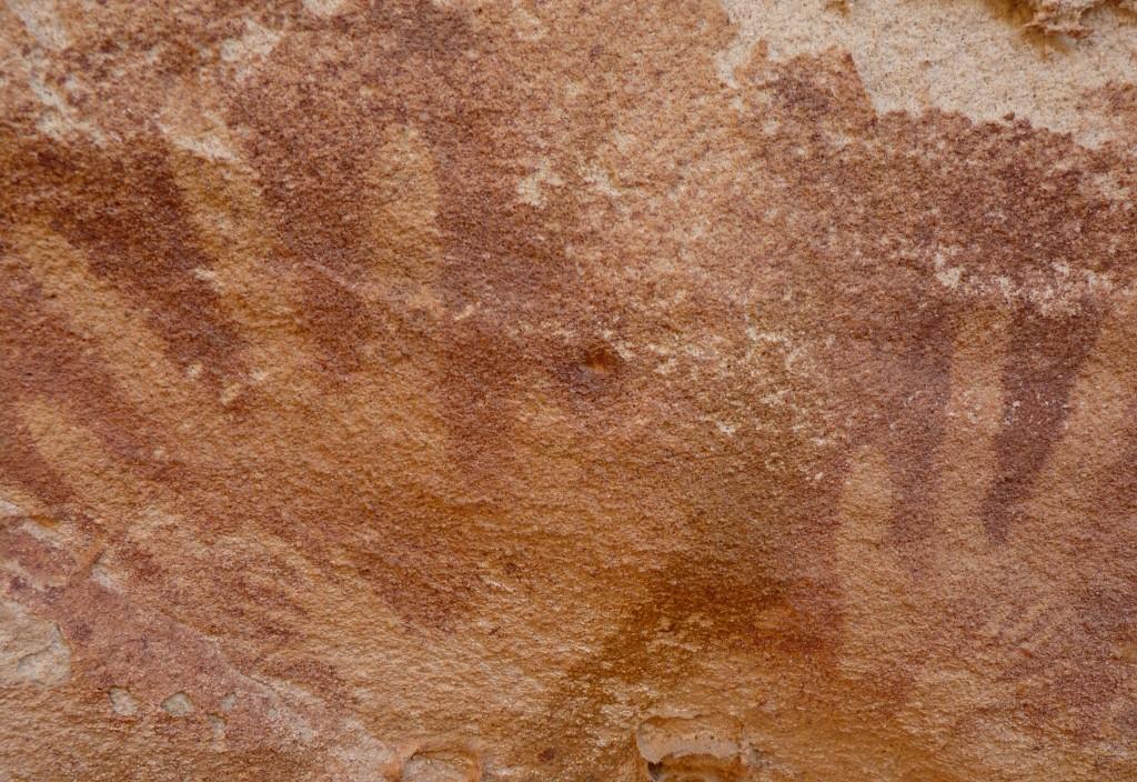"""Khám phá bất ngờ về dấu """"bàn tay trẻ em"""" 8.000 năm tuổi ở Wadi Sura II - H1"""