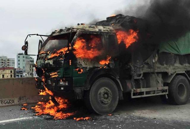 Xe tải bốc cháy dữ dội.