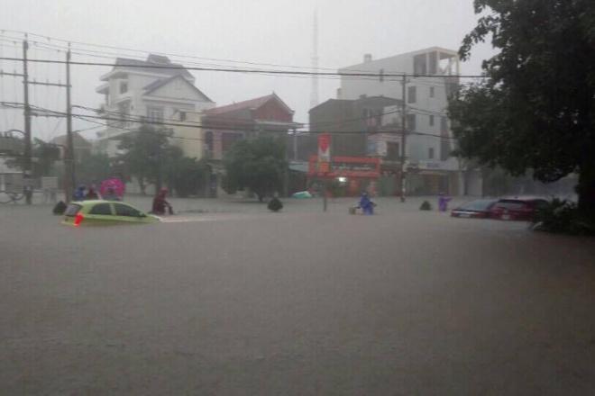 """Tối 14/10, nhiều tuyến đường của thành phố Đồng Hới biến thành """"sông""""."""