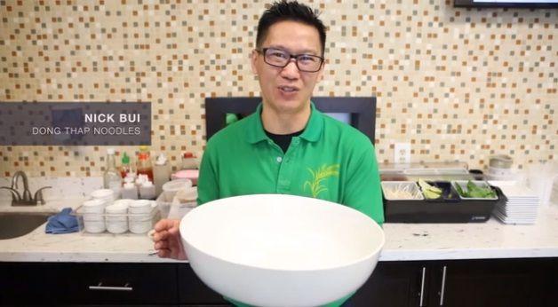 Anh Nick Bui – chủ nhân quán phở Đồng Tháp thích thú khoe tô phở khổng lồ.