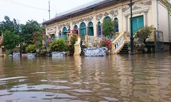 Nhà cổ Bình Thủy nước ngập lênh láng sân. Ảnh: Đặng Lộc.