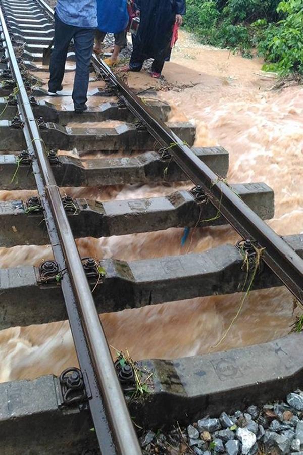 Đường sắt bắc nam đoạn qua Quảng Bình có 11 điểm sạt lở. Nhiều nơi nước làm trôi đá nền đường dưới thanh tà vẹt, có đoạn ngập đường ray đến 10 cm.