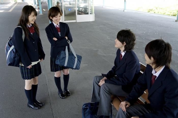 Học sinh sử dụng cùng một loại ba lô và giày dép đi trong nhà.