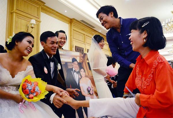 Cái bắt tay đặc biệt của cô dâu, chú rể và khách mời.