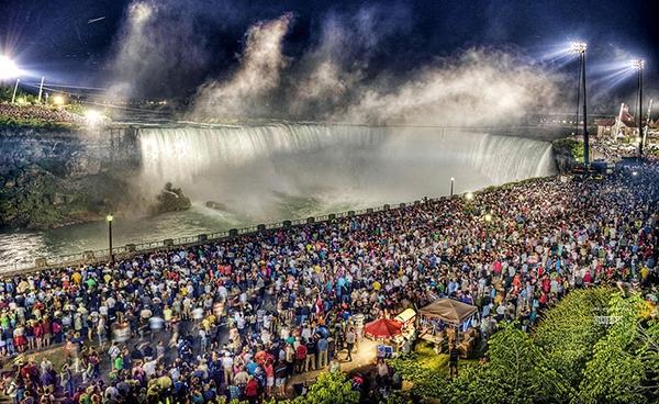 Vì đẹp nên nhiều người đổ xô đến thác ngắm cảnh.