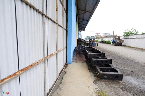 Nhiều đồ đạc tại xưởng lắp ráp vứt chỏng chơ một góc.