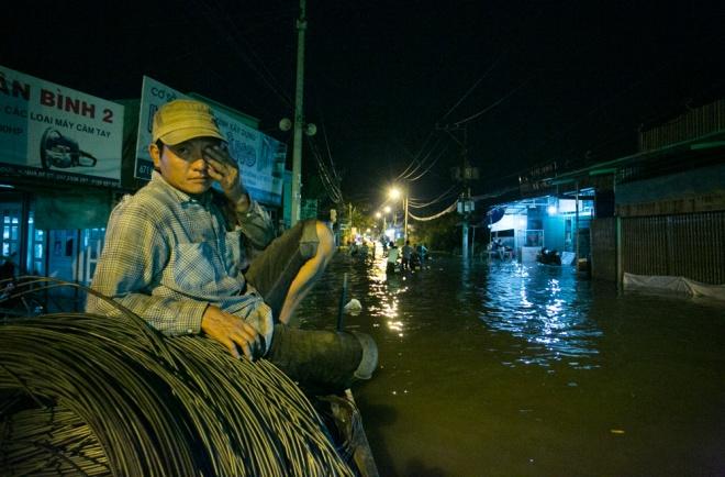 Đường Sài Gòn ngập: Xe ba gác bỗng dưng đắt khách - H12