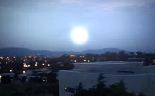 UFO hình quả cầu phát sáng xuất hiện giữa cơn dông sét.