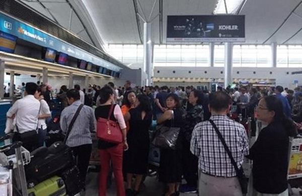 Đã xảy ra ùn tắc hành khách tại nhà ga đi quốc tế do phải chờ đợi làm thủ tục lên máy bay lâu hơn so với bình thường