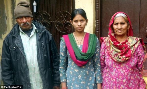 Manju Dharra cùng cha mẹ của mình.