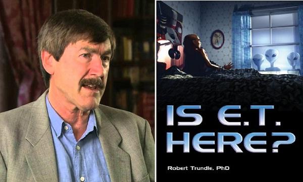 Giáo sư Robert Trundle và cuốn sách về người ngoài hành tinh của ông. (Ảnh: Internet)