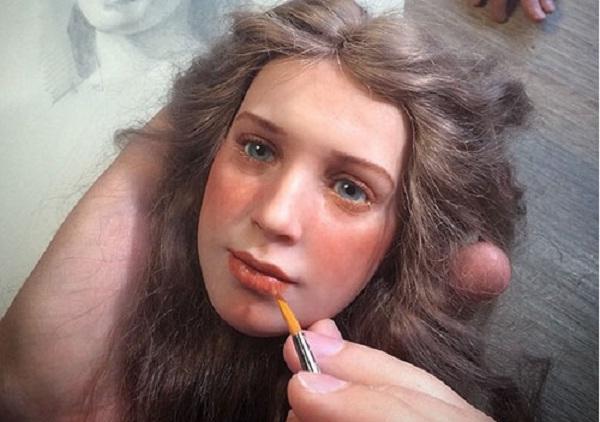 Búp bê có khuôn mặt giống y người thật với làn da trắng hồng và đôi mắt vô cùng có hồn.