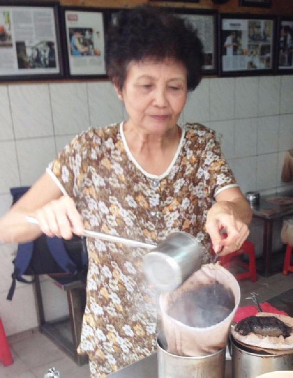 Bà Tuyết, quê gốc ở Nam Định, với công việc thân quen mà bà gắn bó mấy chục năm. (Ảnh: Cafebiz)