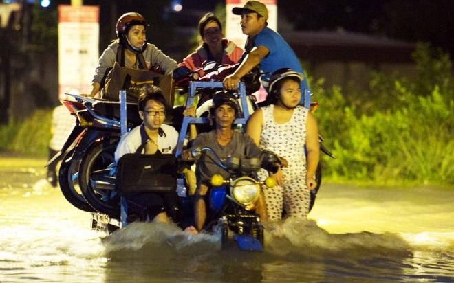 Đường Sài Gòn ngập: Xe ba gác bỗng dưng đắt khách -H1