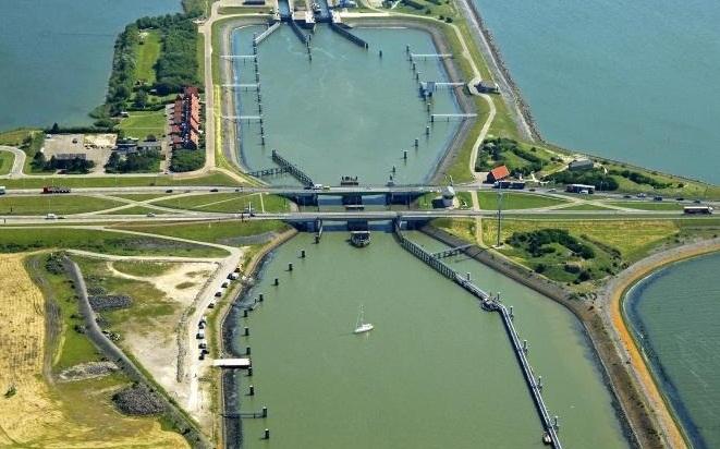 Cây cầu Kornwerderzand khi nhìn từ trên cao. Lúc này nó được đóng để các phương tiện giao thông đường bộ lưu thông.