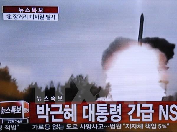 Hình ảnh phát sóng trên đài Truyền hình Hàn Quốc về vụ phóng tên lửa tầm xa của Triều Tiên ngày 7/2. (Nguồn: THX/TTXVN)
