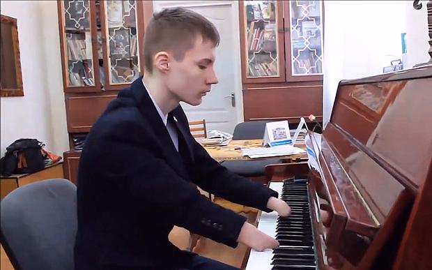 Alexey Romanov có khả năng chơi piano điêu luyện dù không có đôi bàn tay.