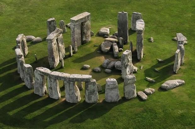 Bãi đá bí ẩnStonehenge tại Anh.