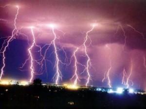 Nghe điện thoại khi đứng gần trạm điện lúc trời mưa là hiểm họa khôn lường