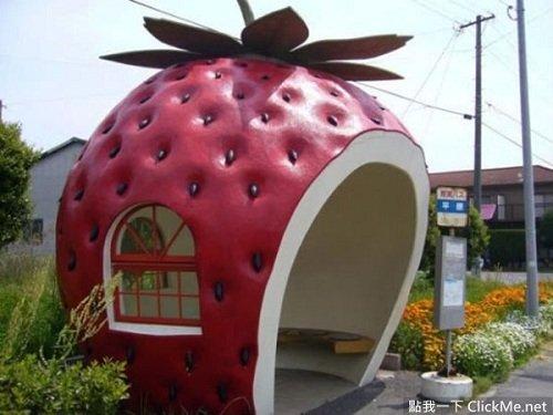 Trạm xe bus hình quả dâu tây vô cùng độc đáo tại Nhật Bản.