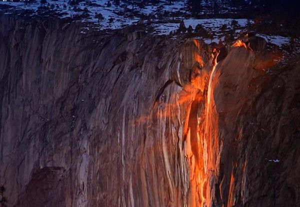 Thác nước đỏ rực như dòng dung nham nóng chảy.