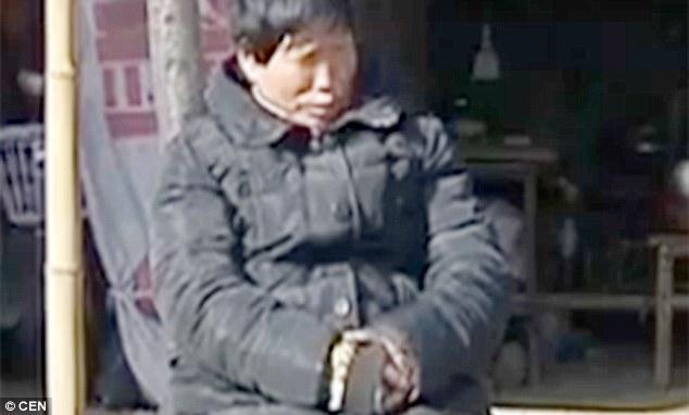 Ding Aihua bắt đầu khóc ra sỏi từ bảy năm trước.