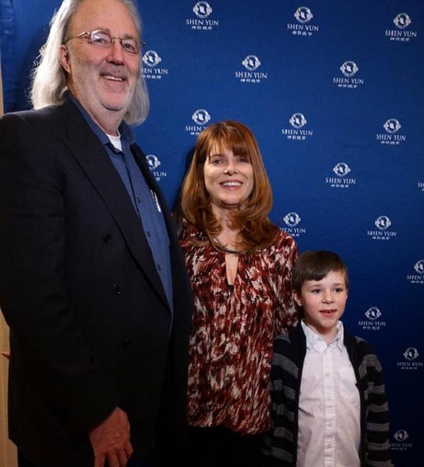 Ông Kert, bà Donna Baumann và cậu con trai Grayson thưởng thức sự hài hước và tính thẩm mỹ cao của buổi biểu diễn Nghệ thuật Shen Yun tại Nhà hát Opera Kennedy vào ngày 18/02/2016. (Hình minh họa được cung cấp bởi NTD Television).