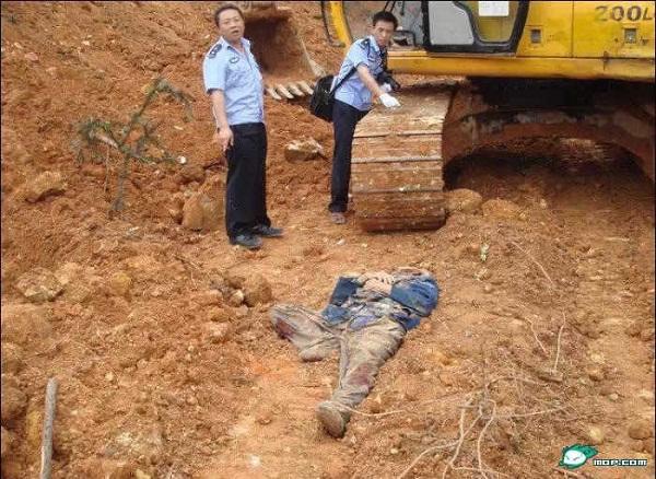 Ngăn cảncưỡng chế thu hồi đất, ông lão bị máy múc cán chết - ảnh 1