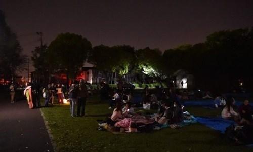 Hàng nghìn người đổ ra đường và đến trú chân tạm tại các công viên. (Ảnh:AFP)