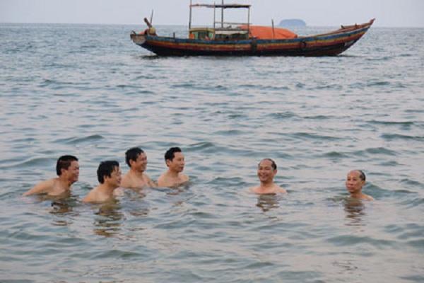 Lãnh đạo Sở TN-MT Hà Tĩnh tắm biển Thiên Cầm chiều 30/4. (Ảnh: SGGP)