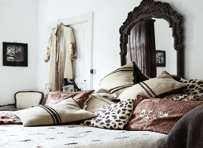 Không nên đặt gương ở đầu giường. (Ảnh: Internet)