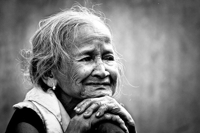 Mẹ già rồi, đừng nói những lời khiến mẹ buồn lòng. (Ảnh: Internet)