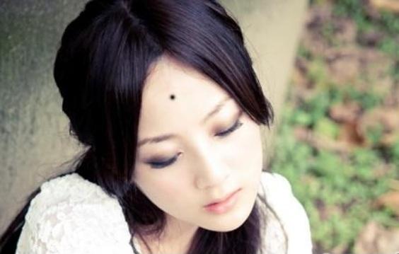 Nốt ruồi giữa trán được coi là tướng nốt ruồi đại phú đại quý, tài vận cực hanh thông. (Ảnh minh họa)