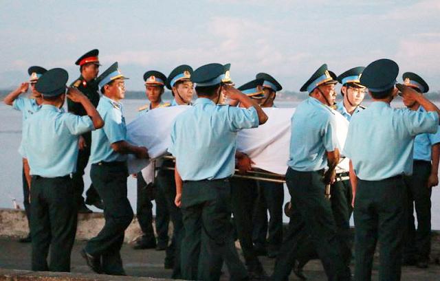 Giây phút Thượng tá - phi công Trần Quang Khải về đến đất liền.