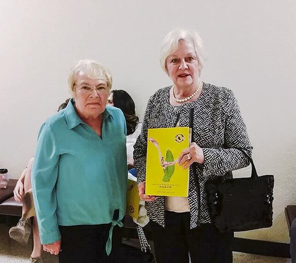 Jeanie Willis và Katherine Broekhuysen, rất ấn tượng với vũ đạo của Shen Yun và lời bài hát của nghệ sĩ hát bel canto. (Cat Rooney / Epoch Times)