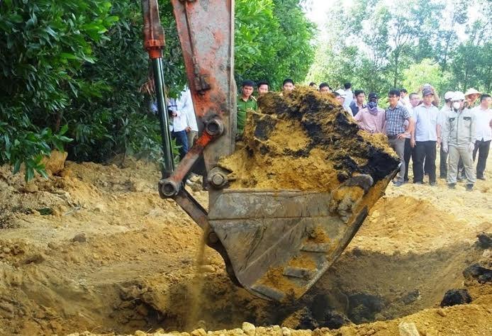 Các cơ quan chức năng tiến hành khai quật, đưa toàn bộ số chất thải ra khỏi lòng đất.