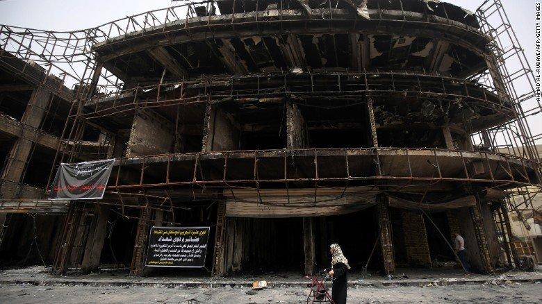 Cảnh tượng tan hoang sau vụ nổ bom liều chết ở quận Karrada, thủ đô Iraq ngày 3/7.