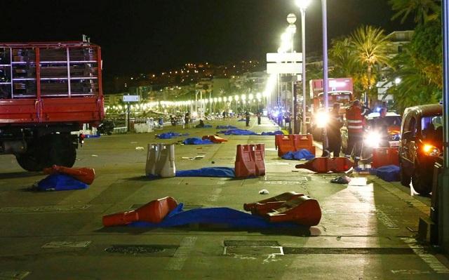 Xác người chết nằm la liệt trên phố sau khi chiếc xe tải lao lên vỉa hè ngày 14/7 ở Pháp.