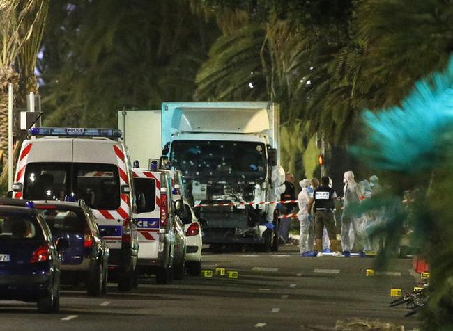 Chiếc xe tải lao vào đám đông xem pháo hoa ở Pháp ngày 14/7.