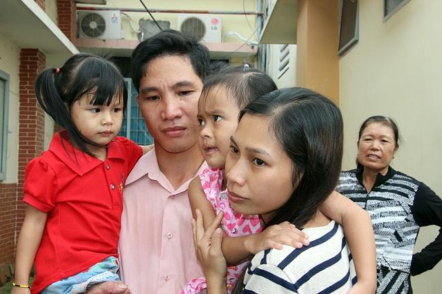 Hai cháu Ngọc Yến (trái) và Lan Anhcùng vợ chồng anh Khiên.