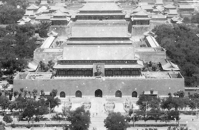 Chân dung của Tưởng Giới Thạch được treo trên cổng thành Thiên An Môn, Bắc Kinh. (Ảnh: Internet)
