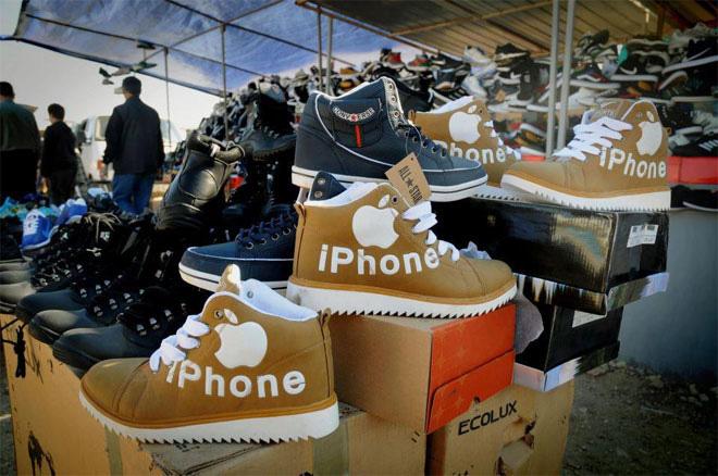 Không chỉ là điện thoại thông minh, iPhone ở Trung Quốc còn là... giày.