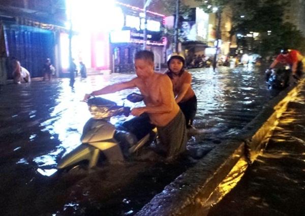 Sau đó, ông tiếp tục đẩy xe cho những cô gái, phụ nữ đã quá đuối sức vì vật lộn với dòng nước.