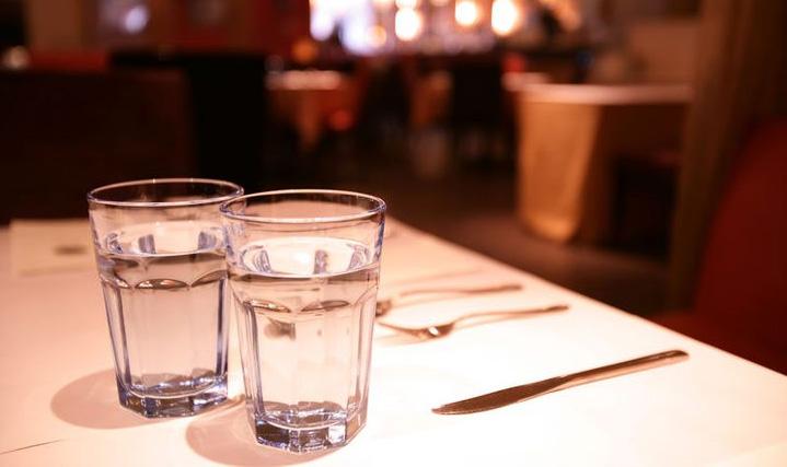 Chỉ vì 1 ly nước mà đóng cửa cả cửa hàng, liệu có đáng? (Ảnh: Internet)