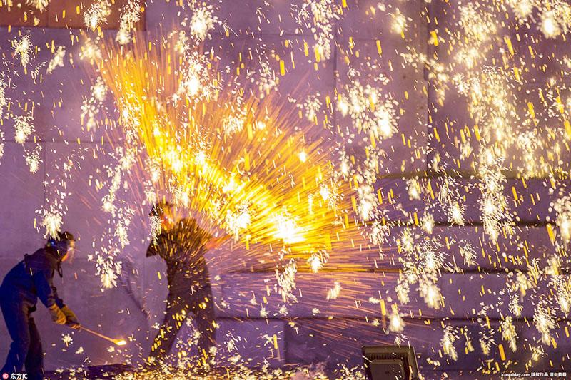 Màn trình diễn pháo hoa bằng sắt nóng chảy có một không hai tại Trung Quốc. (Ảnh: Internet)