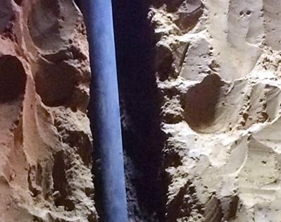 Khoảng trống cạnh đường ống khoan mà bé gái rơi xuống. Ảnh: Nguyệt Triều.