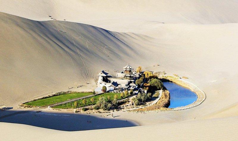 Nguyệt Nha Tuyền – Thiên đường giữa sa mạc khô cằn. (Ảnh: Pinterest)