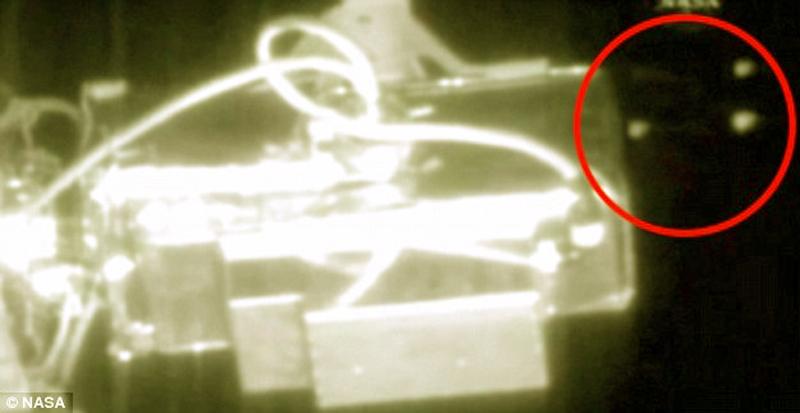 Những vật thể bay bí ẩn xuất hiện gần Trạm Vũ trụ Quốc tế. (Ảnh: Dailymail)
